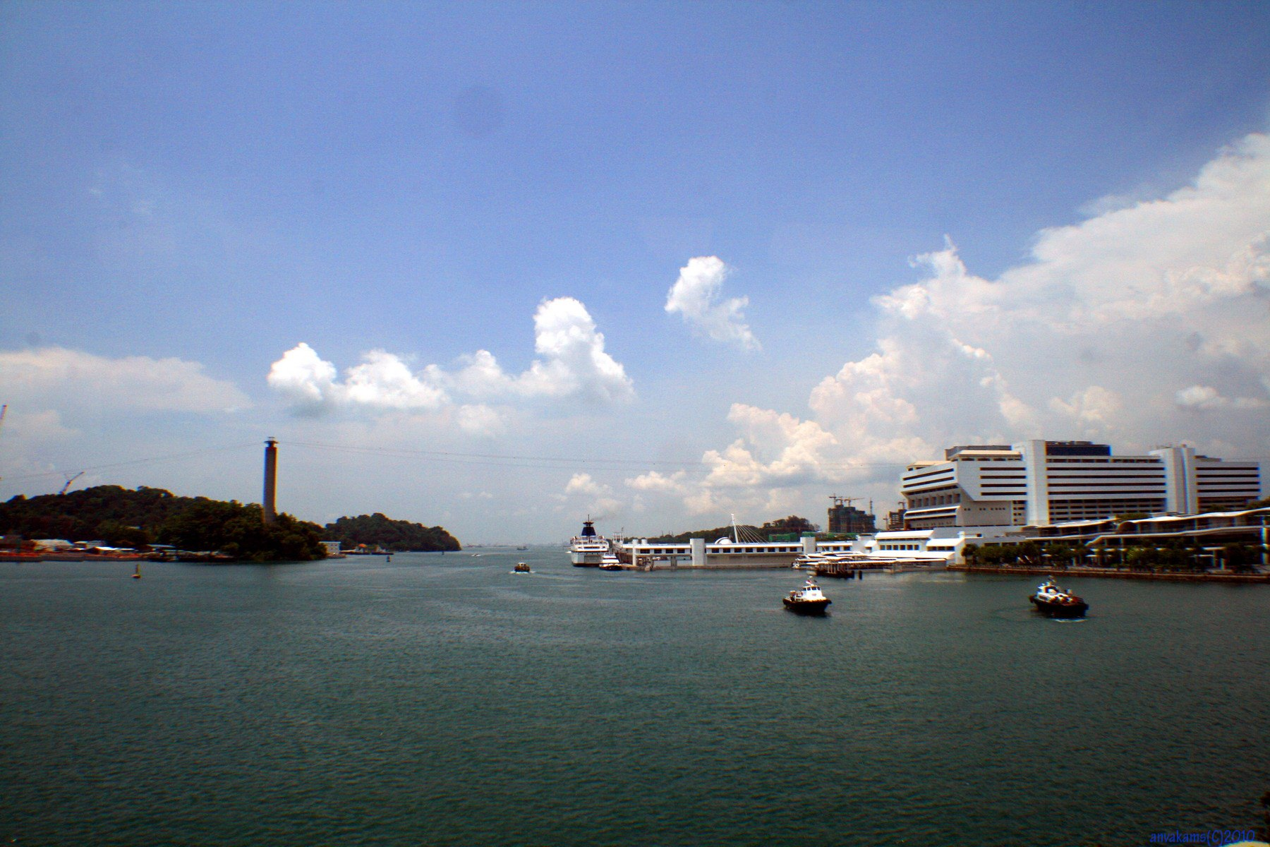 Привычный вид на пролив между Сингапуром и Сентозой имеет лишь один такой штрих, режущий глаз - отсутствие кабинок на...