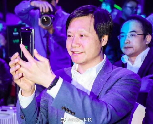Глава Xiaomi показал фитнес-браслет Mi Band 3