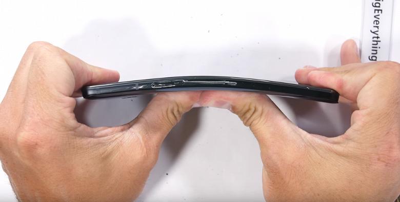 В «лучших» традициях HTC, новый флагманский смартфон компании назвать прочным нельзя