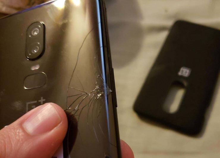 Несколько владельцев смартфона OnePlus 6 утверждают, что у них само по себе треснуло стекло, прикрывающее тыльную сторону аппарата