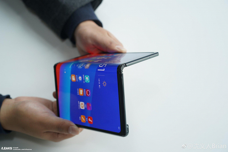 oppo-foldable-phone-hands-on-703_large_l
