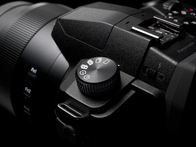 Panasonic-Lumix-FZ1000-II-camera3.jpg