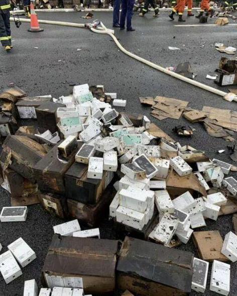 Сгорел целый грузовик с iPhone 11