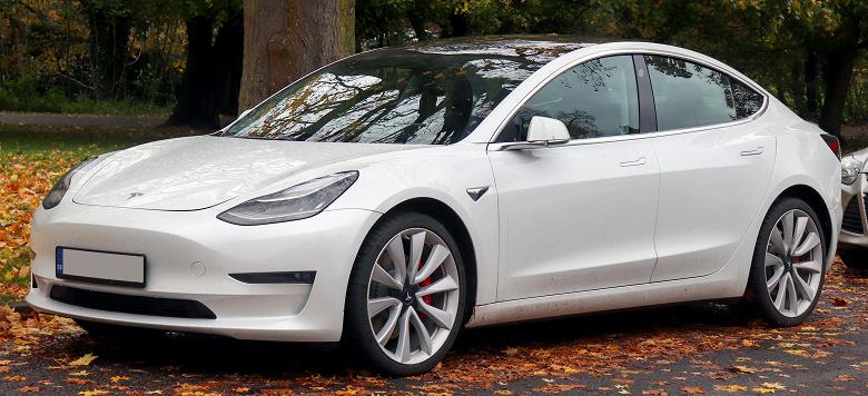 Автопилот Tesla увидел на кладбище призрака