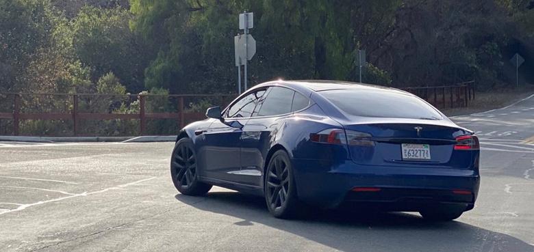 Прототип Tesla Model S с новым дизайном засняли вживую