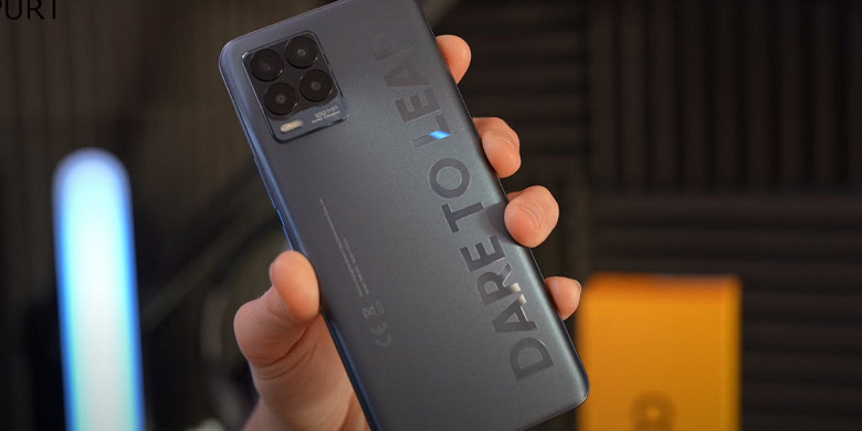 Все характеристики и цена Realme 8 Pro указаны на упаковке