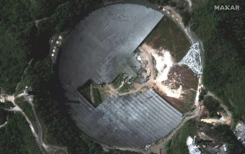 Культовый радиотелескоп Аресибо стал похож на Пакмана. Снимки из космоса говорят о том, что остатки обсерватории активно демонтируют