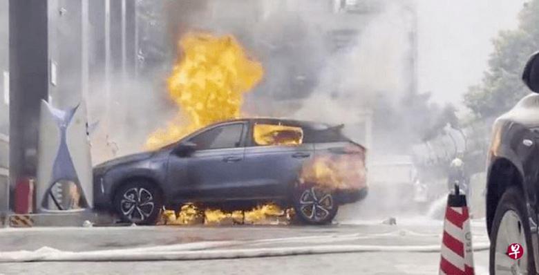 Китайский электромобиль загорелся при зарядке