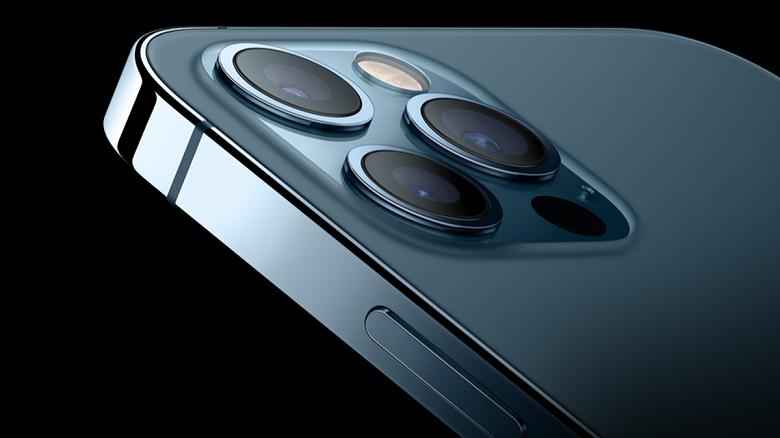 Даже недорогой iPhone 13 получит систему оптической стабилизации со сдвигом датчика. Сейчас она есть только у старшей модели  iPhone 12 Pro Max