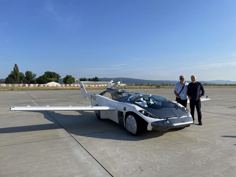 Совершён первый в истории междугородний перелёт на автомобиле. AirCar умеет трансформироваться из машины в самолёт и обратно