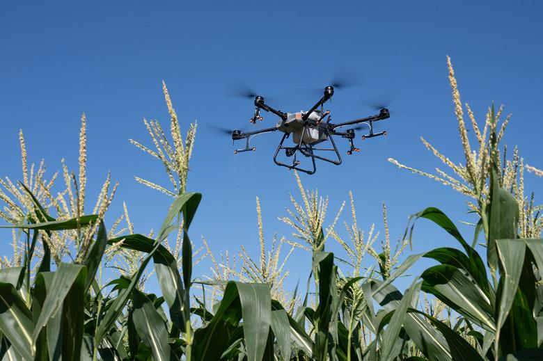 Представлен дрон DJI грузоподъёмностью до 40 кг с 16 форсунками для распыления удобрений или пестицидов