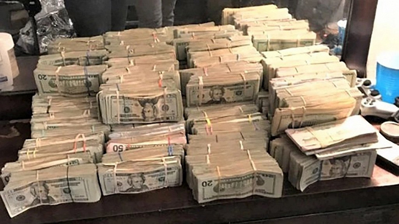 У наркоторговца забрали полмиллиона долларов, выследив его с помощью Apple Watch. Грабители позировали на фоне стопок денег