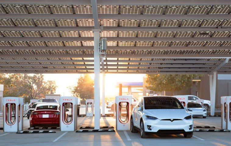 Реферальные программы Tesla для электромобилей и солнечных батарей закрыты