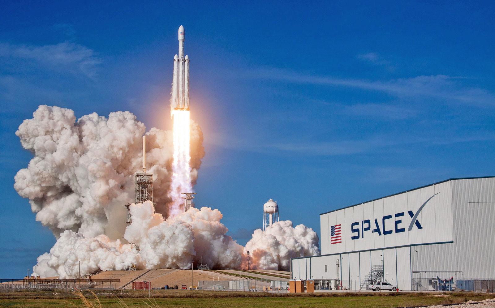 SpaceX заполучила 1-ый военный договор для ракеты Falcon Heavy