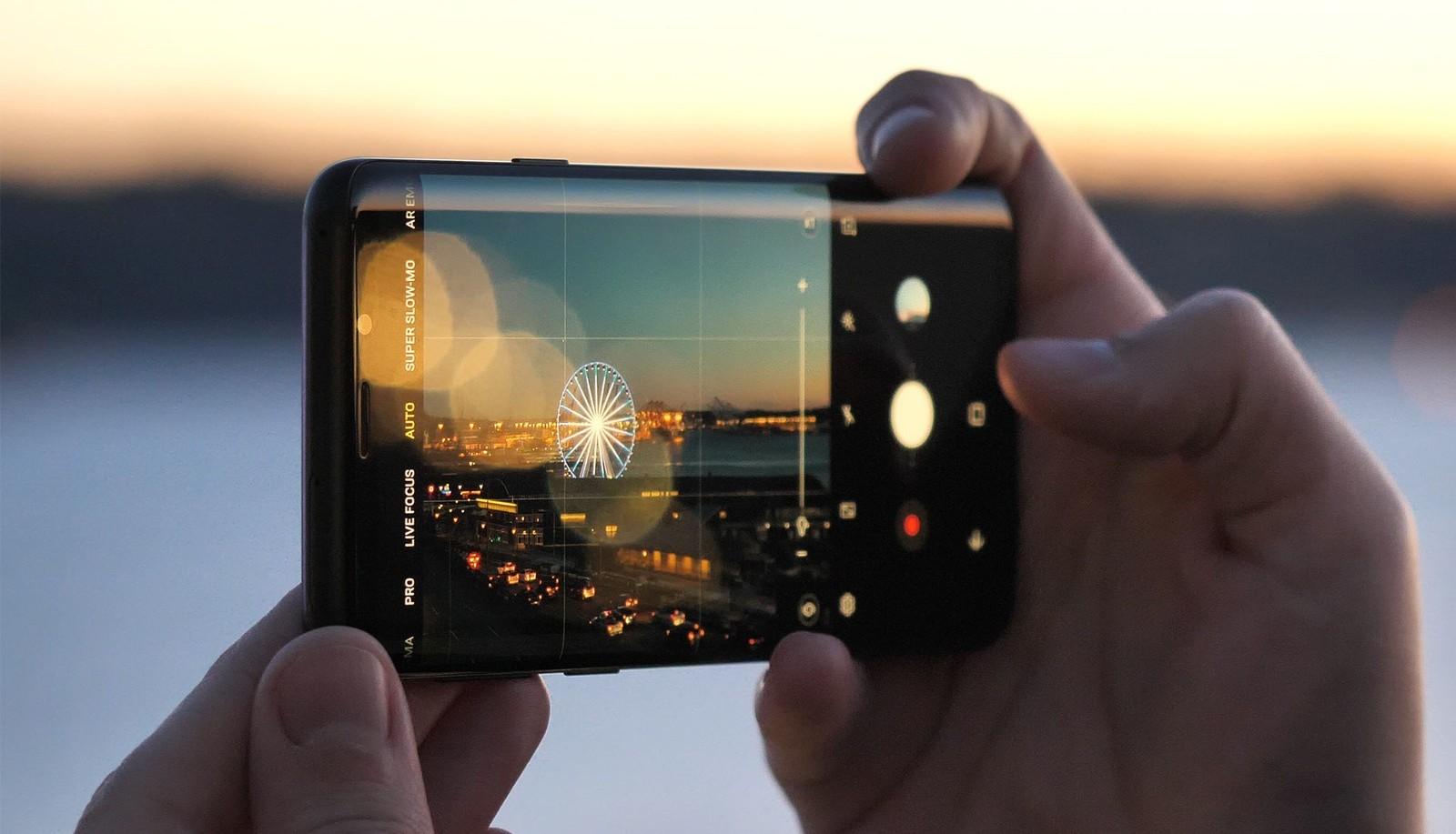 Компания Самсунг может выпустить складной смартфон в будущем году