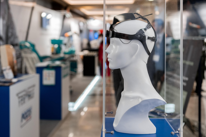 Русские специалисты создали шлем для управления бытовой техникой