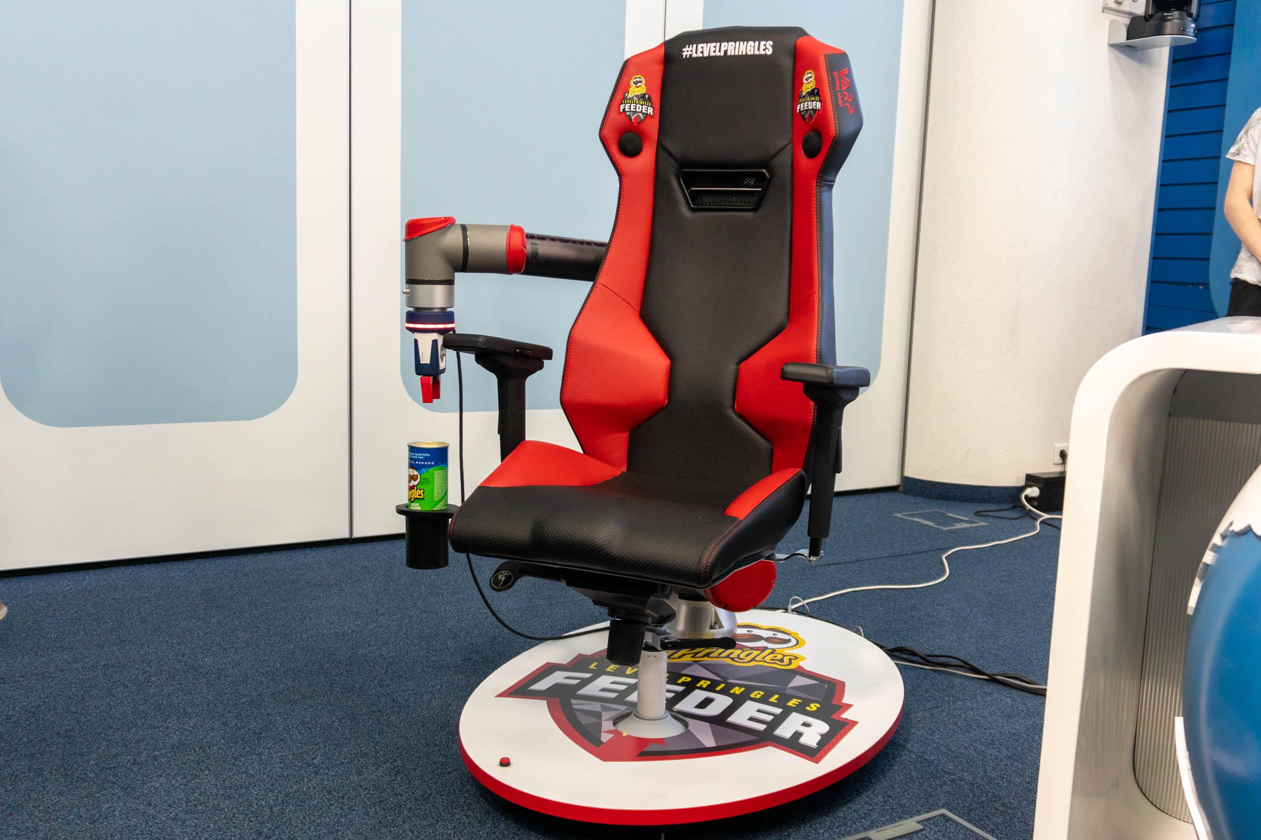 В России сделали кресло, которое само кормит геймера чипсами