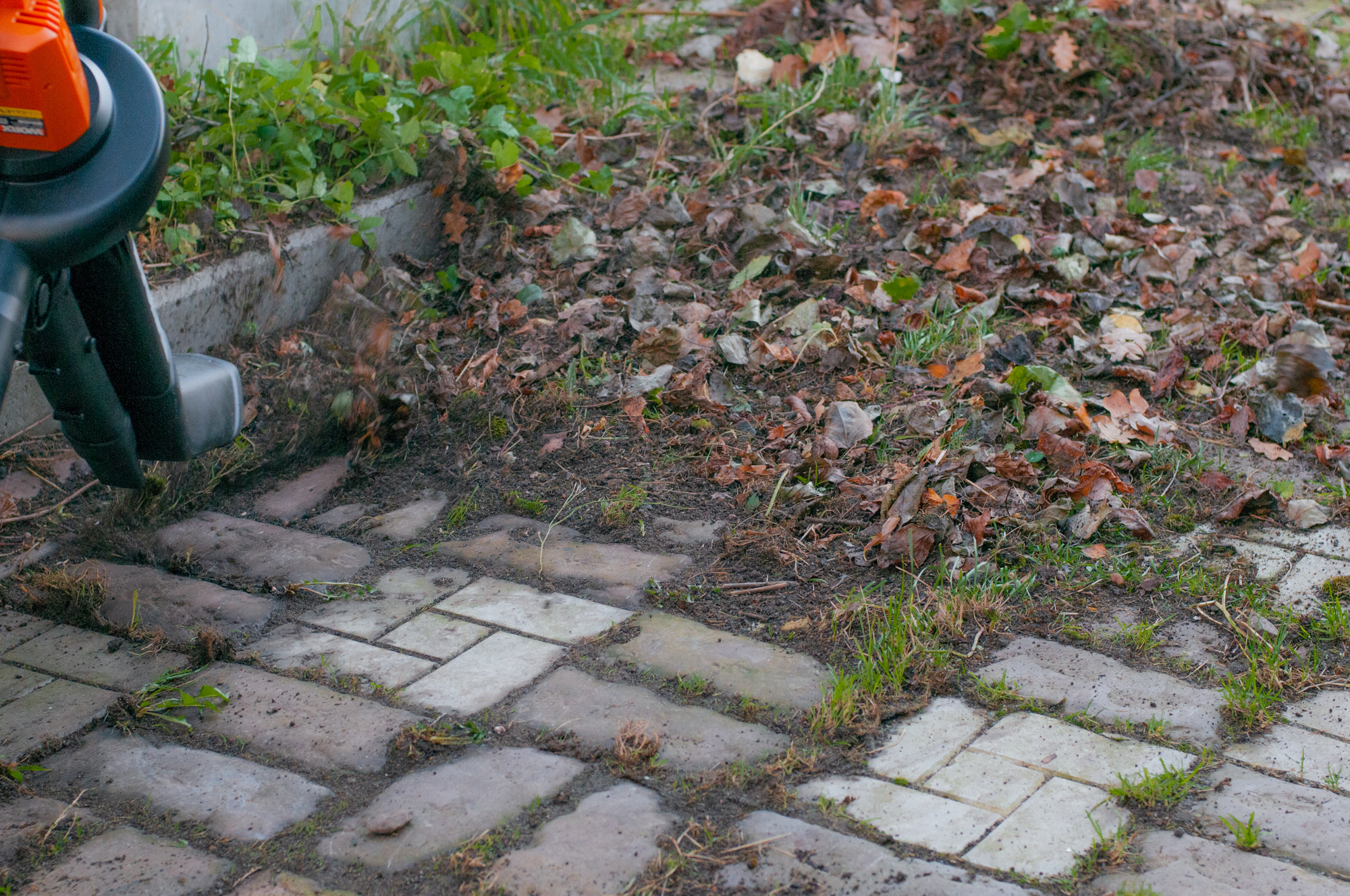 Многофункциональное устройство Worx WG505E: воздуходувка, пылесос и мульчер для листьев и другого садового мусора