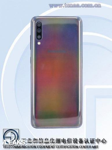 Живые фото и характеристики Samsung Galaxy A60 и Galaxy A70: тройные основные камеры у обоих, врезанная фронтальная – в младшей модели