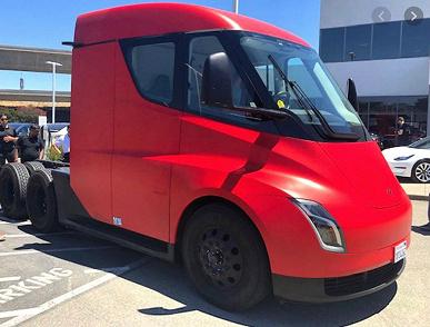 Предсерийный электрический грузовик Tesla Semi засняли на видео