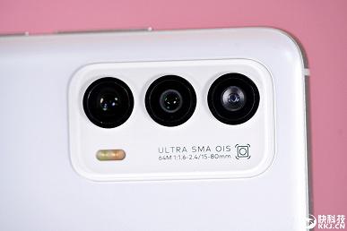 в реальности фронтальная камера оказалась больше, чем на рекламных изображениях