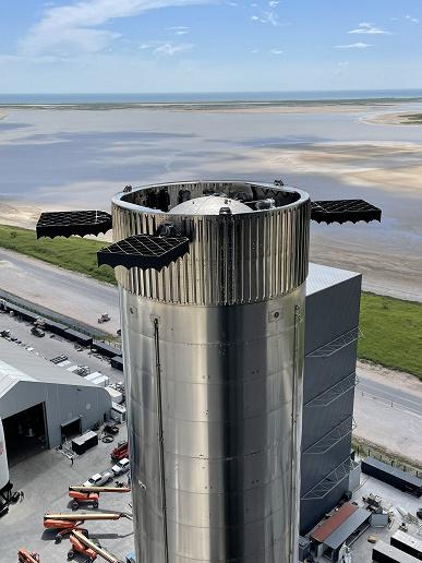 Илон Маск показал готовый к запуску Starship со всеми двигателями и перемещение огромной ракеты Super Heavy