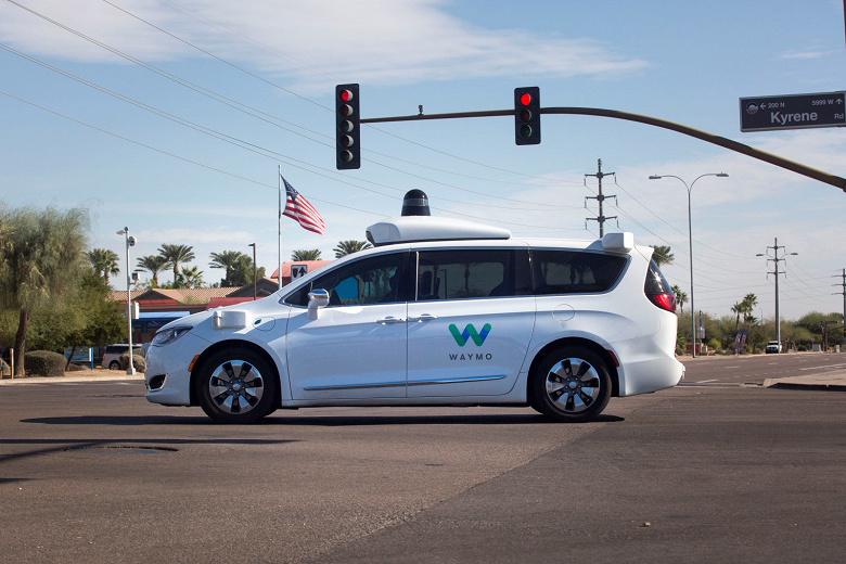 В самоуправляемые автомобили Waymo вернулись водители