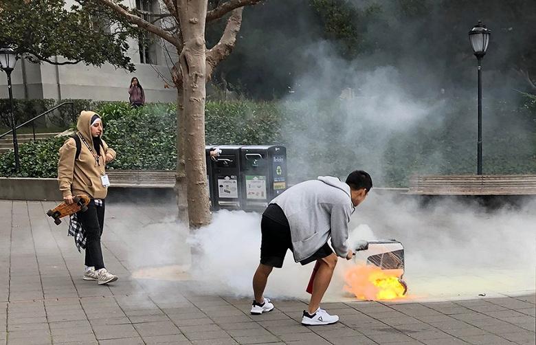 Робот сервиса доставки KiwiBot загорелся прямо посреди улицы