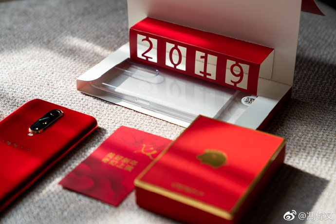 Oppo выпустила смартфоны с золотыми логотипами свиней