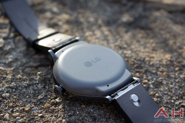 LG готовится представить умные часы Watch Timepiece, которые будут совмещать полноценный экран с механическими стрелками