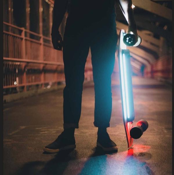 Разумный электрический скейтборд Xiaomi сдальностью хода 12км стоит $155