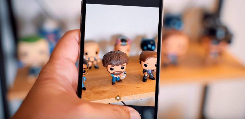 Видео показывает регулировку эффекта боке на iPhone XS и XS Max в процессе съемки