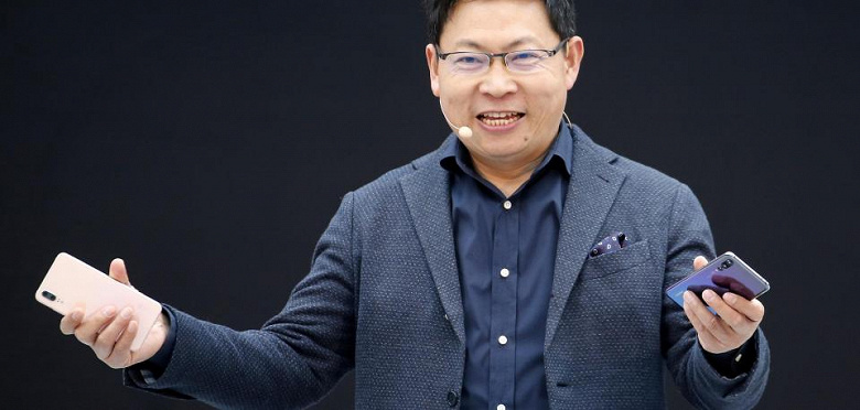 Глава Huawei пообещал складной смартфон с гибким экраном в течение года