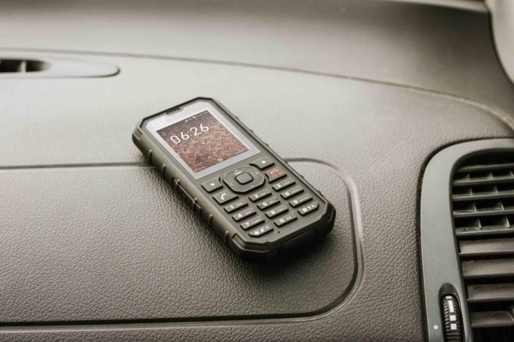 Неубиваемый кнопочный телефон Cat B35 получил поддержку персонального помощника Google Assistant и 4G