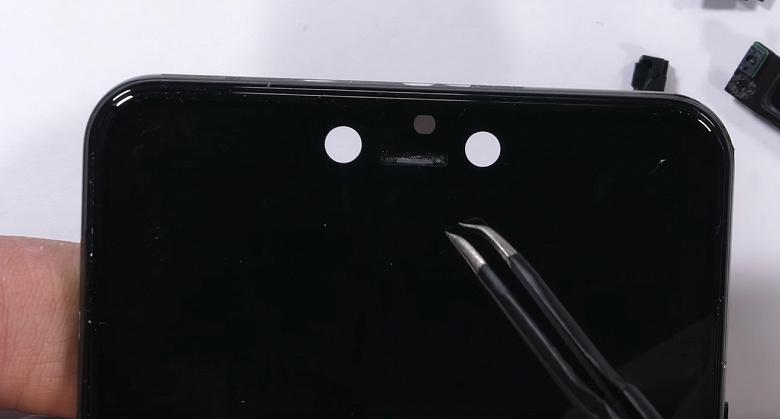 Разборка смартфона Google Pixel 3 XL блогером JerryRigEverything объясняет, откуда у аппарата такая огромная «чёлка»