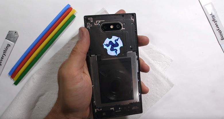 Прозрачная версия смартфона Razer Phone 2, полученная блогером JerryRigEverything, выглядит не очень красиво