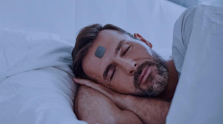 Трекер сна Beddr SleepTuner нужно клеить себе на лоб