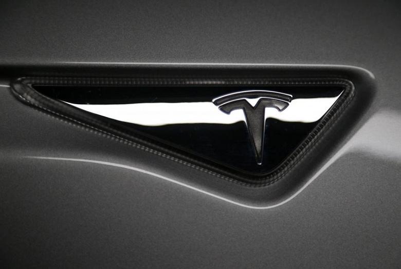 На Tesla подали в суд в связи с гибелью пассажира из-за неисправной батареи электромобиля Model S, на скорости 187 км/ч врезавшегося в бетонное ограждение