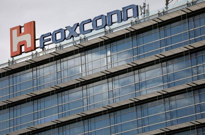 Компания Foxconn уволила 50 000 контрактных рабочих