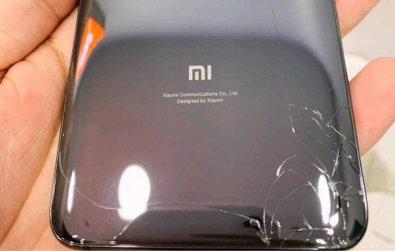 Фото дня: первый разбитый Xiaomi Mi 9 через несколько часов после начала продаж