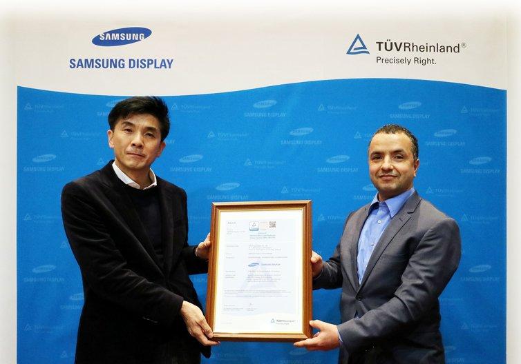 Экран Samsung Galaxy S10 излучает рекордно малое количество синего света