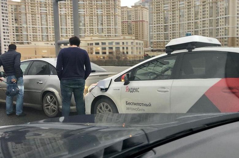 Беспилотный автомобиль Яндекса врезался в легковушку в Москве
