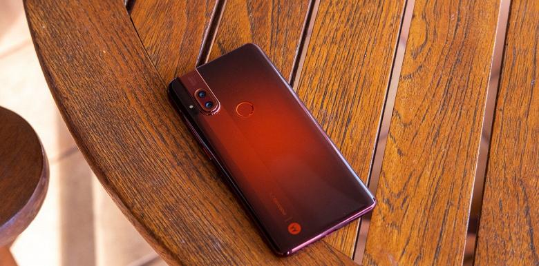 Необычный дизайн, NFC и очень мощная зарядка. Представлен смартфон Motorola One Hyper