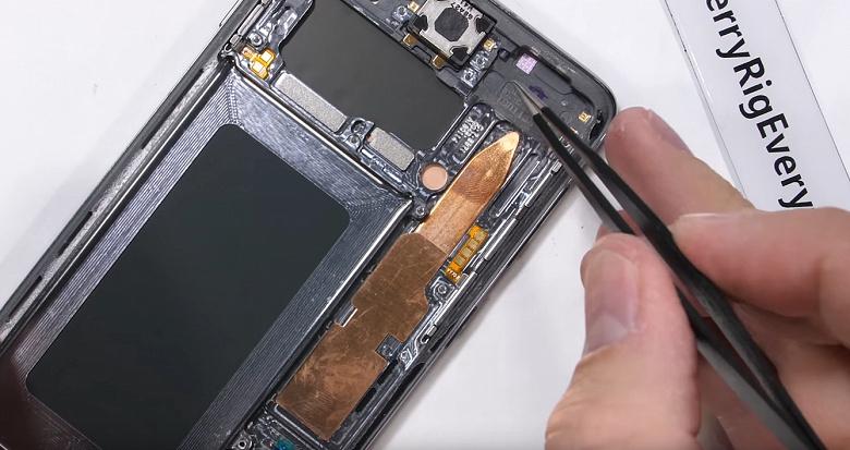 Разборка Samsung Galaxy S10: смартфон получил гигантскую тепловую трубку и незаменяемый ультразвуковой сканер отпечатков пальцев