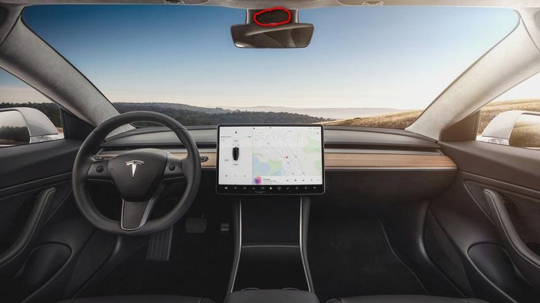 Стало известно предназначение таинственной салонной камеры в автомобиле Tesla Model 3