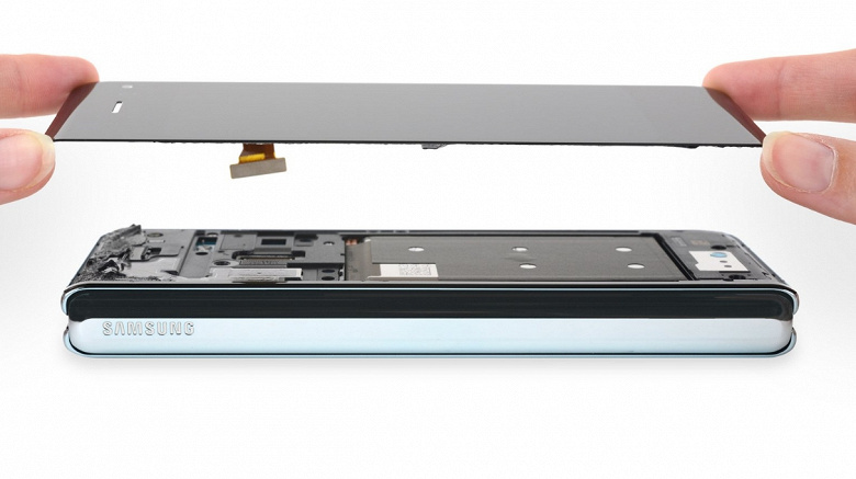 Удивительно, но смартфон Samsung Galaxy Fold всё же заработал у iFixit несколько баллов за ремонтопригодность