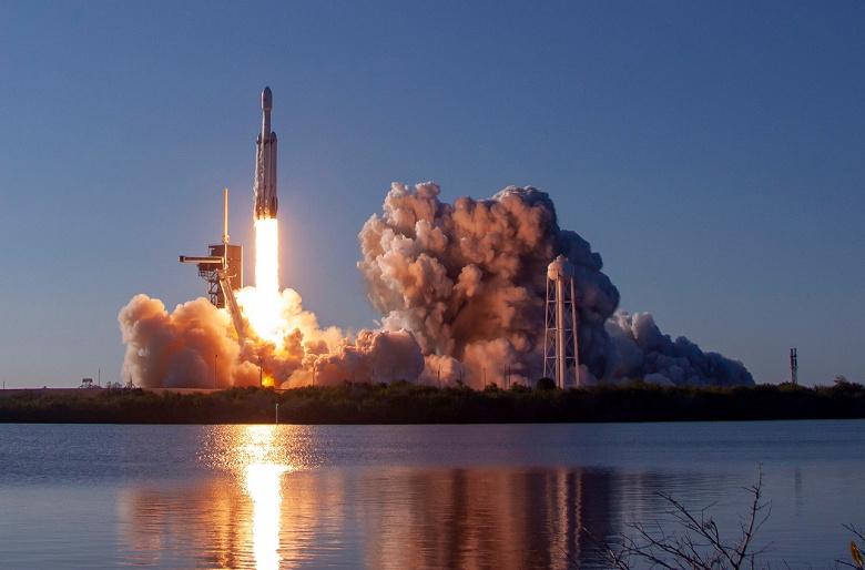 Полный успех: SpaceX запустила тяжёлую ракету Falcon Heavy и вернула все три ускорителя