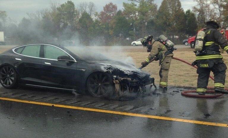 Электромобиль Tesla Model S загорелся на парковке