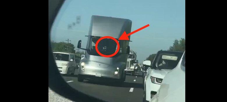 Видео дня: грузовик Tesla Semi едет по шоссе без водителя за рулём