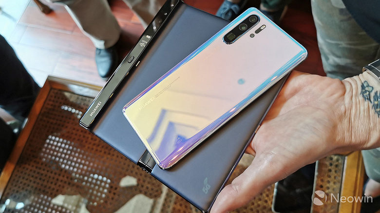 SoC Kirin 990, тройная камера от Huawei P30 и прочие подробности о финальной версии Huawei Mate X. Живые фото и видео
